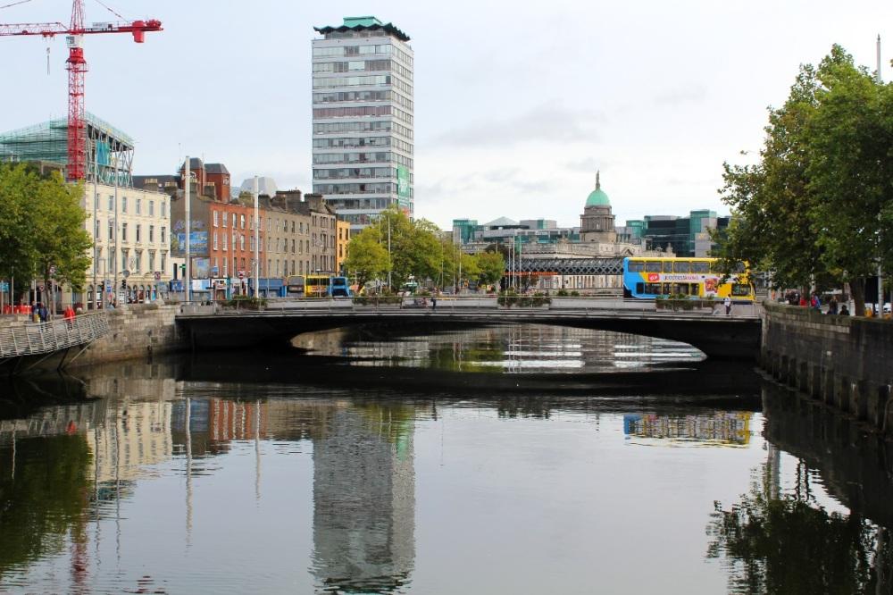 Dublin - Brücke über den River Liffey, Reiseblog Exploreglobal