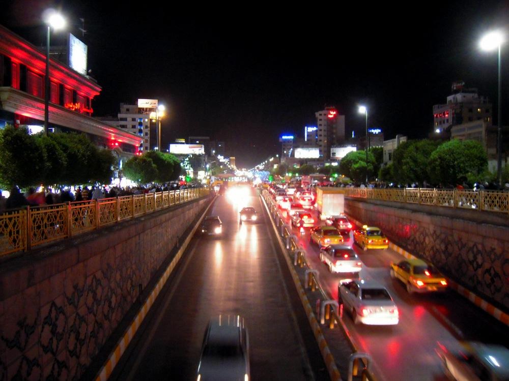 Iran Mashhad abends Stadt Verkehr Rushhour