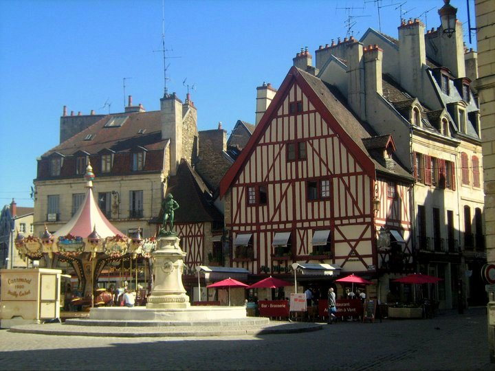 Dijon Altstadt Fachwerkhaus Karussell Bourgogne Burgund Frankreich France exploreglobal