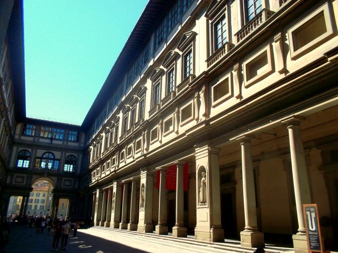 Die Straße Piazzale degli Uffizi an der Seite der Uffizien Gallerie in der Alstadt von Florenz in der Toskana - exploreglobal