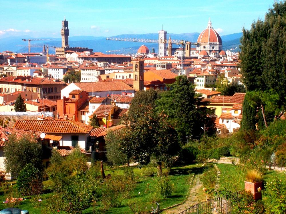 Blick über die Altstadt und Zentrum von Florenz mit Domkuppel im Garten auf der Arno-Seite beim Palazzo Pitti - exploreglobal
