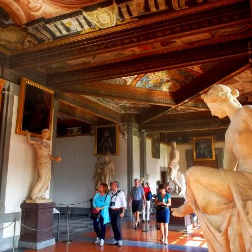 die Gänge des Museums der Uffizien in der Alstadt von Florenz mit ihren Skulpturen und Kunstwerken aus verschiedenen Epochen wie der Renaissance -exploreglobal