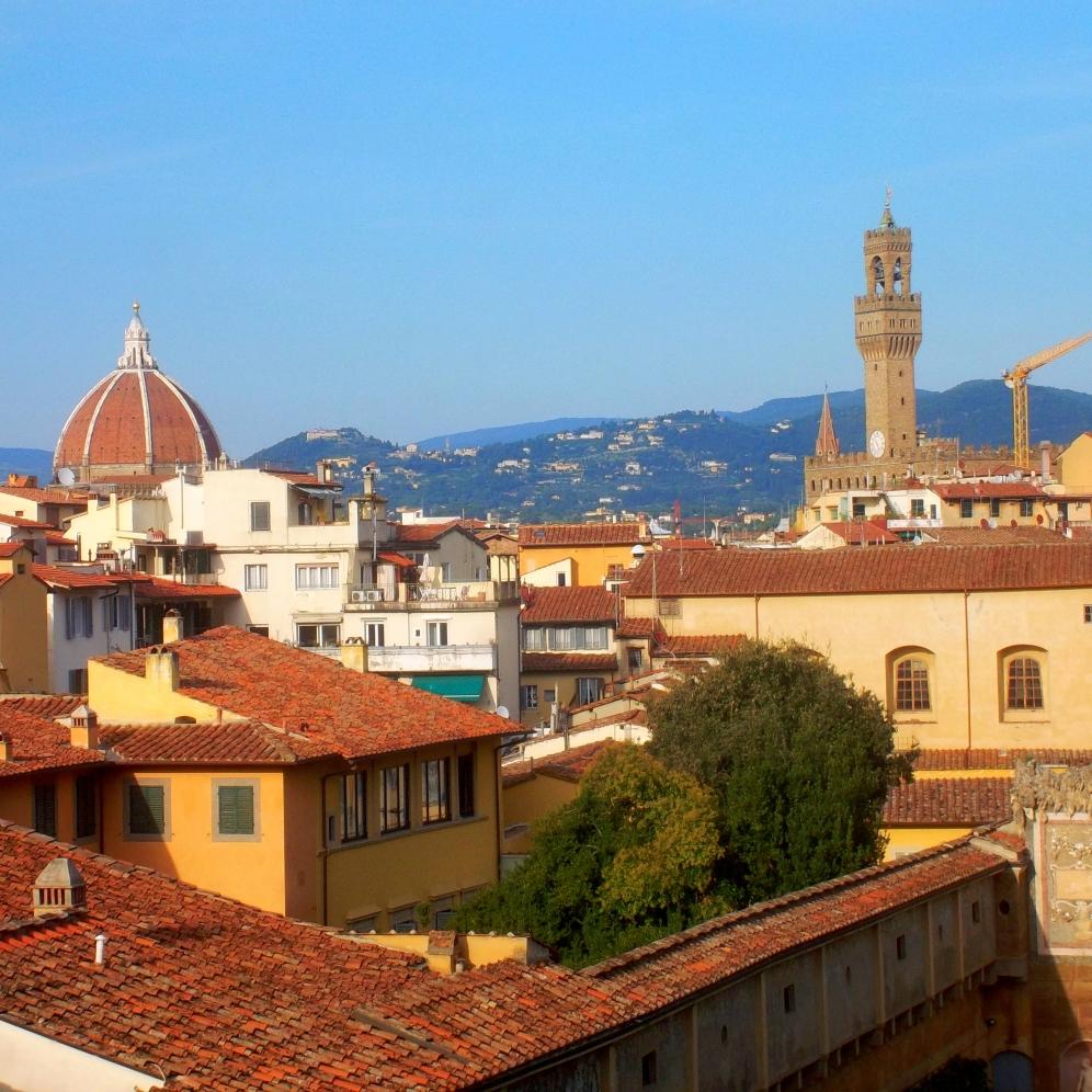 Ausblick über die Dächer der Altstadt von FLorenz in der Toskana mit Blick auf Domkuppel und Palazzo Vechhio - exploreglobal