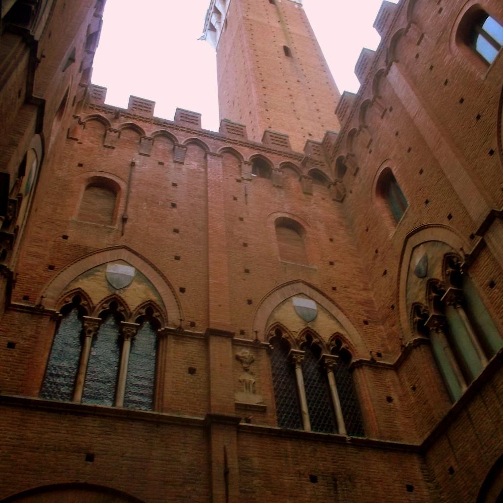 Torre del Mangia in der Altstadt im Zentrum Siena vom Innenhof aus - Bauwerke der Toskana - exploreglobal
