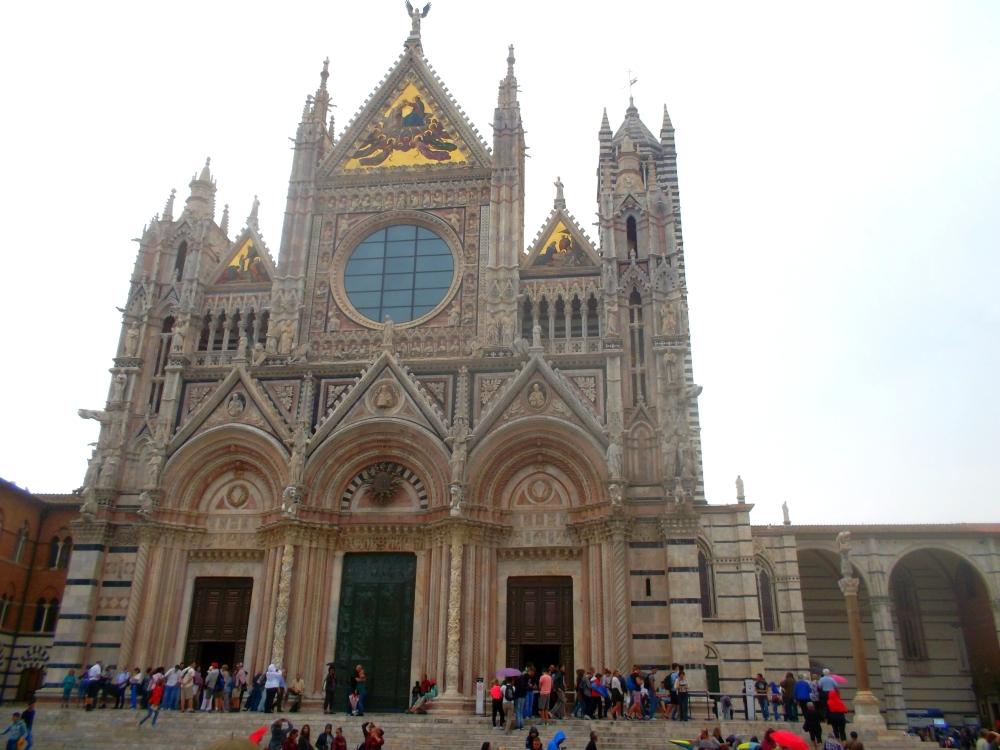 Außenfassade des Doms von Siena in der Toskana mit Bemalung der Fresken teils in Gold - exploreglobal