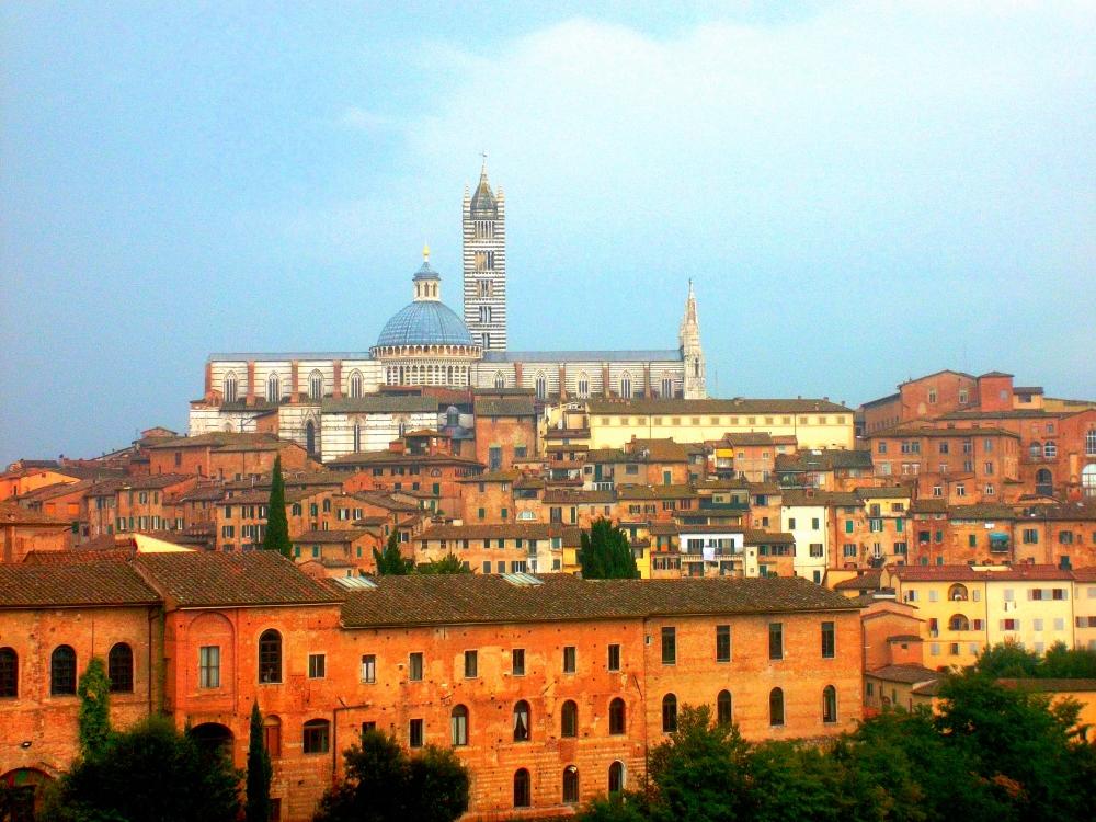 Blick auf den Dom von Siena in der Toskana mit weißenm und grünem Marmor und die Alstadt im Stadtzentrum - exploreglobal