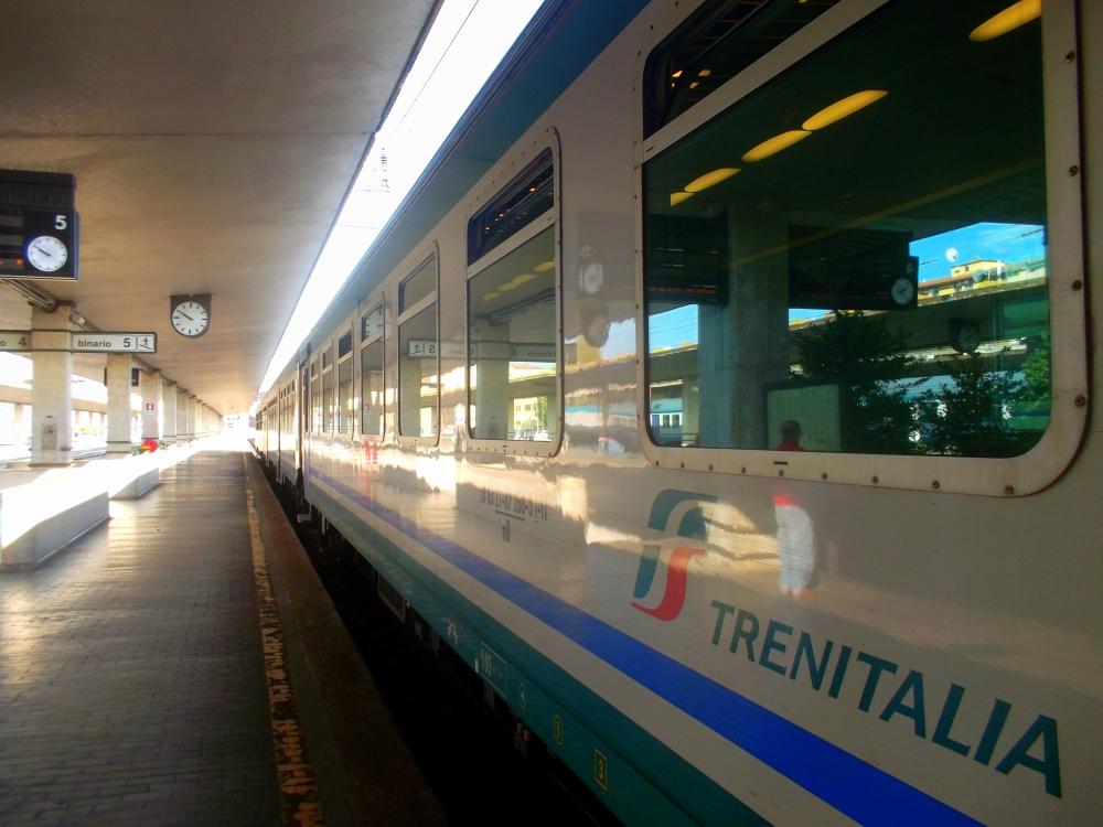 Bahnhof in Florenz in der Toskana - Zug von Trenitalia, Strecke nach Siena - exploreglobal