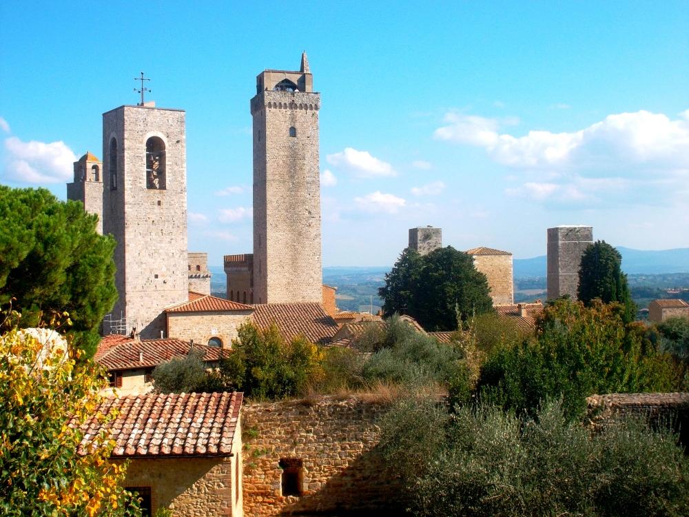 Türme von San Gimignano auf dem Hügel der Stadt in der Toskana im Garten nahe der Piazza della Cisterna auch genannt Mittelalterliches Manhattan - exploreglobal