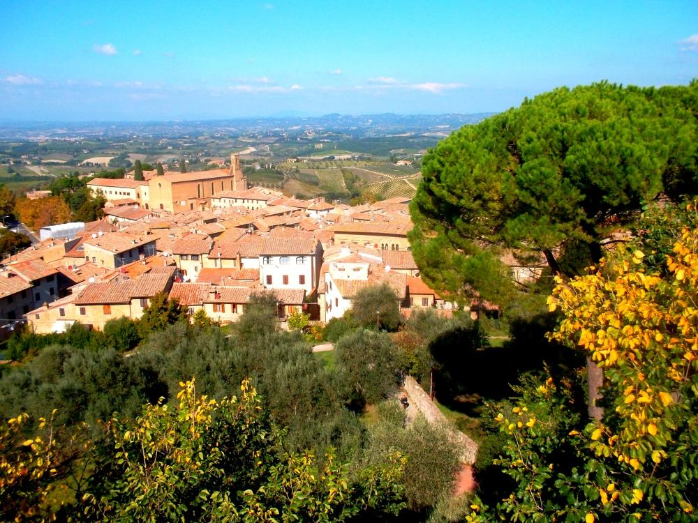 auf dem Hügel der Stadt San Gimignano mit Blick von oben über die Landschaften der Toskana - exploreglobal