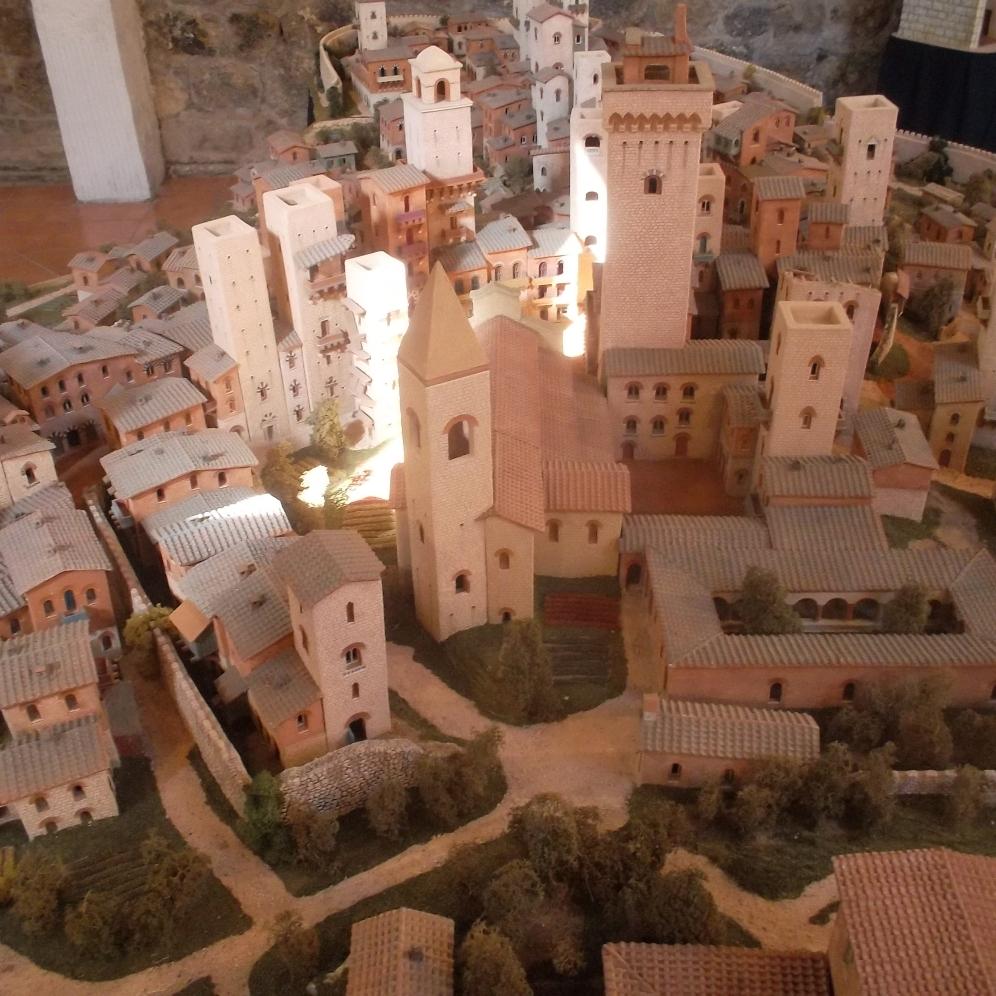 Miniatur-Modell der Stadt San Gimignano und ihren Türmen im Museum der Stadt in der Toskana - exploreglobal