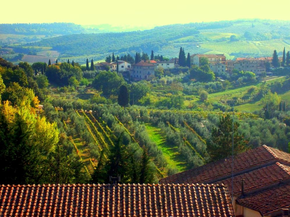 so grün sind die Landschaften der Toskana rund um San Gimignano - Weinberge und Weinreben sowie Gutshäuser und Höfe - exploreglobal