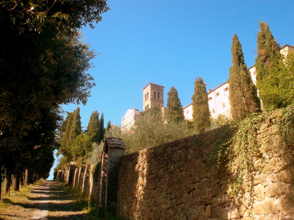 Mauern am Weg zum Gipfel des Hügels der Stadt Cortona in der Toskana - exploreglobal