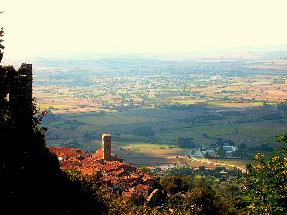 Typische Landschaften der Toskana mit den alten Kirchtürmen und Städten wie Cortona hinter Arezzo - exploreglobal