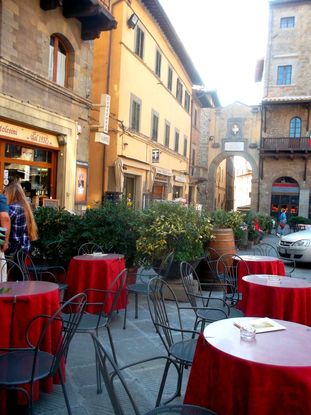 Restaurants und Straßencafés in der Altstadt von Cortona in der Toskana - exploreglobal