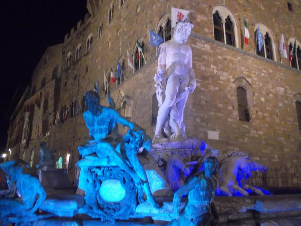 Skulpuren vor dem Palazzo Vechhio an der Piazza della Signoria in Florenz bei Nacht blau beleuchtet - exploreglobal