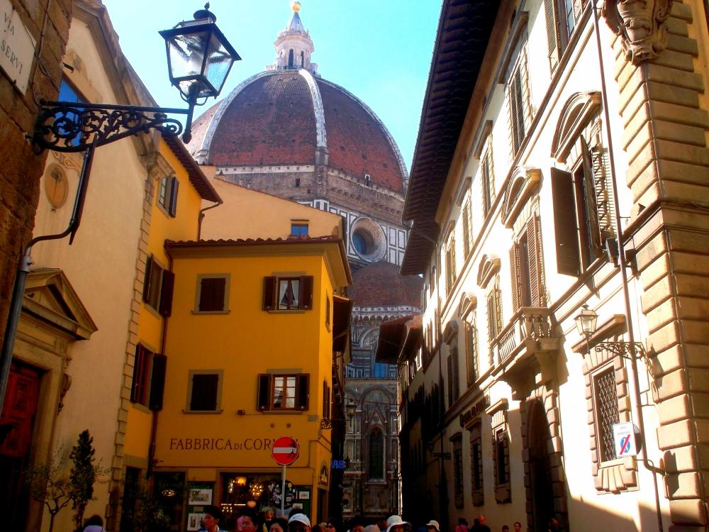 Via dei Servi mit Blick auf die Kuppel des Doms von Florenz in der Toskana - exploreglobal