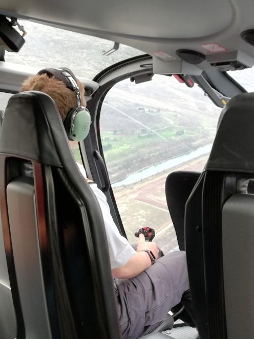 Pilot der den Helikopter fliegt und manövriert über die Niagara Fälle