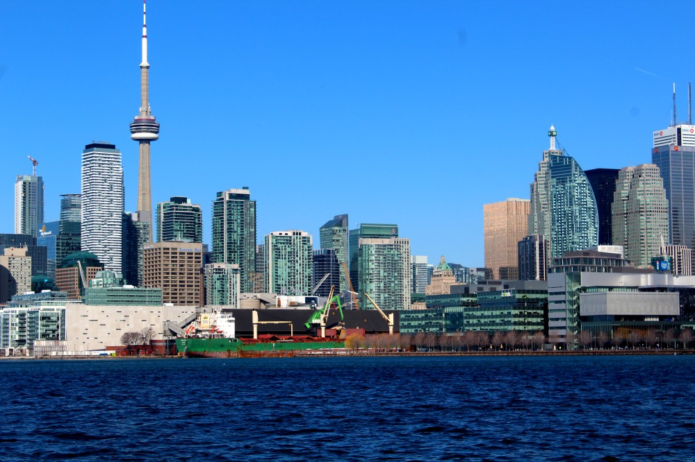 Toronto Skyline mit CN Tower von der Polson Street Port Lands Harbour Pier 35 Jennifer Kateryna Koval's'kyj Park, Kanada Canada Lake Ontario Reiseblog exploreglobal