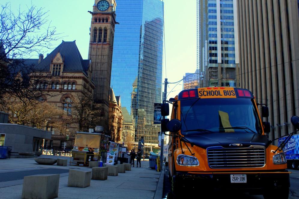 Toronto schoolbus vor dem Rathaus City Hall Financial district Zentrum Schulbus Kanada Canada Reiseblog Bericht exploreglobal www.exploreglobal.wordpress.com