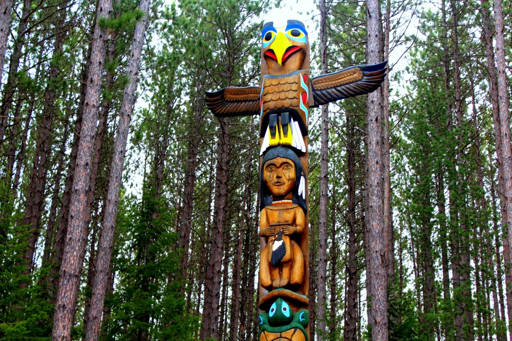 totempfahl ontario canada kanada first nations indianer ureinwohner algonquin nationalpark wald bäume baum natur exploreglobal reiseblog