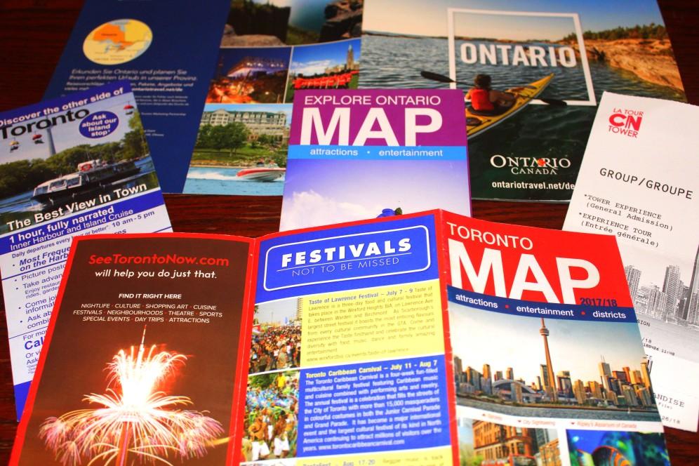 Prospekte zu den vielfältigen Ausflugsmöglichkeiten liegen überall in Toronto parat