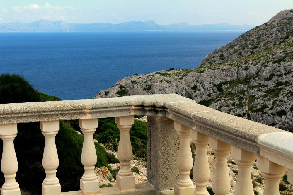 Balkon Blick Cap Formentor Leuchtturm Spanien Mallroca Balearen Insel Reiseblog exploreglobal