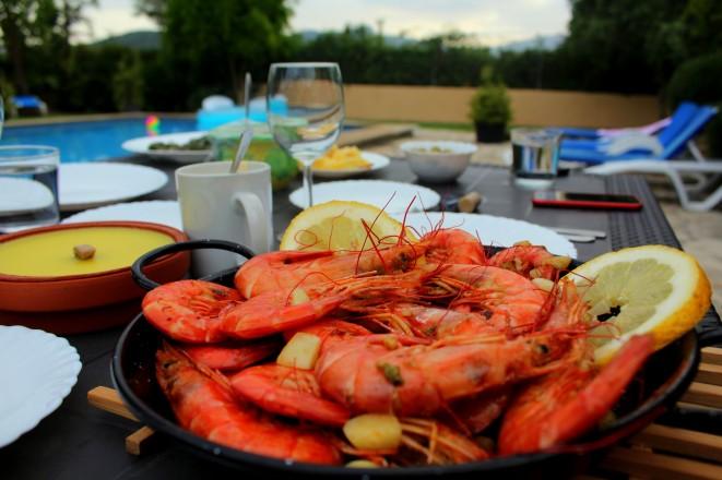 Gambas aus der Paella Pfanne serviert frisch vom Markt - Mallorca Genuss Spanien Essen Reiseblog exploreglobal