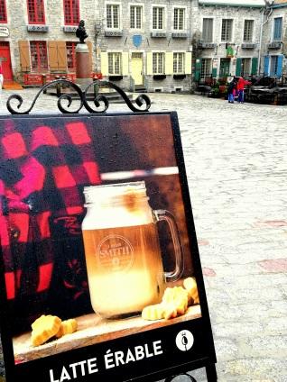 Latte érable - ein Heißgetränk in einem Café in der Altstadt von Quebec - Kanada Canada Rundreise www.exploreglobal.wordpress.com