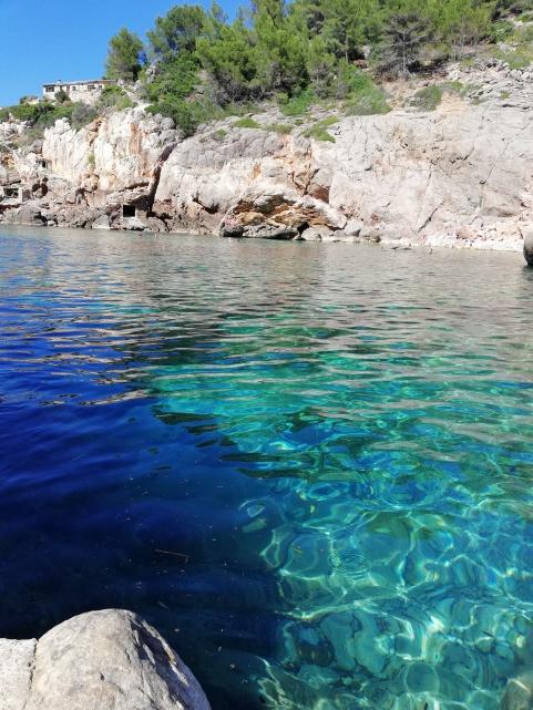 Bucht Cala Deia bei türkis blauem Wasser auf Mallorca - Reiseblog exploreglobal