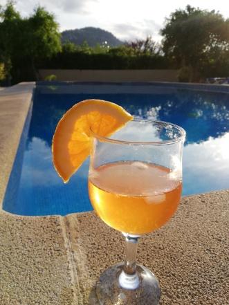 Finca Urlaub auf Mallorca mit Pool und Getränk in Pollenca, Norden der Balearen Insel Reiseblog exploreglobal