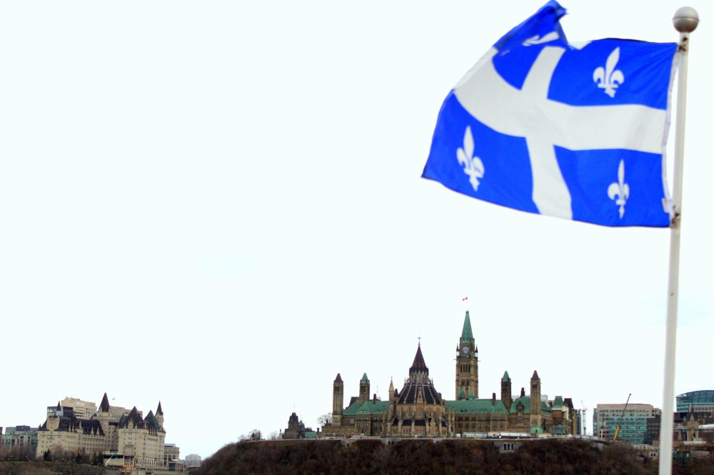 Québec Flagge in Gatineau gegenüber von Kanadas Hauptstadt Ottawa nahe des Parliament Hills Reiseblog www.exploreglobal.wordpress.com
