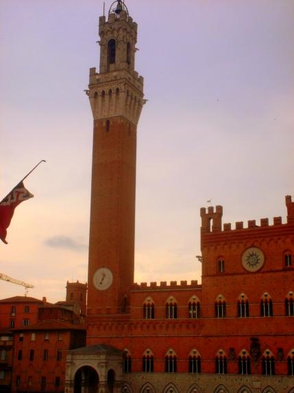 Blick auf den Platz vor dem Torre del Mangia in der Altstadt im Stadtzentrum von Siena - exploreglobal