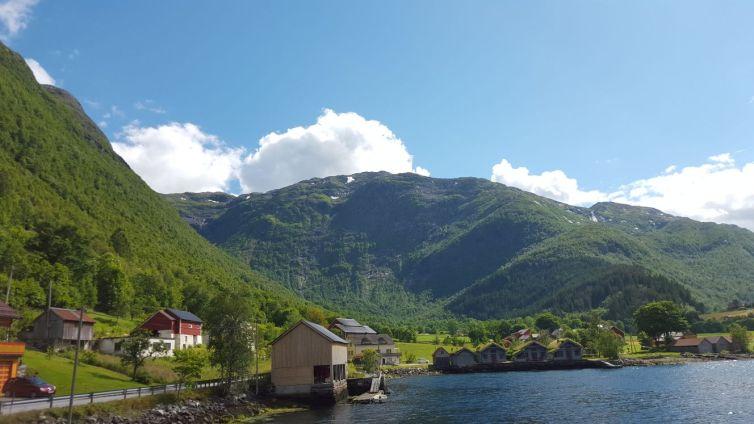 Tal am Fjord mit Hütten am Wasser - Norwegen Reiseblog exploreglobal
