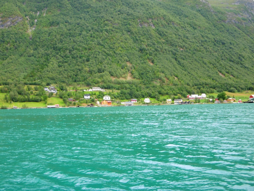 Türkisblaues Wasser im Fjord in Region More og Romsdal