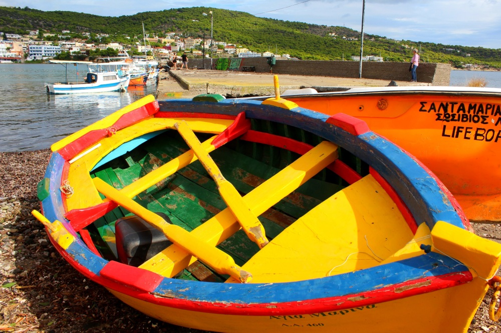 buntes-fischerboot-am-hafen-von-agia-marina-insel-aegina-exploreglobal