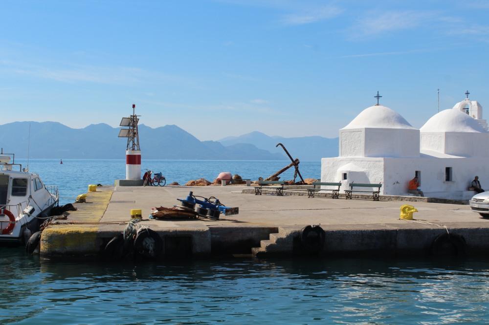 Hafen auf der Insel Ägina mit Bergen der Nachbarinseln im Hintergrund
