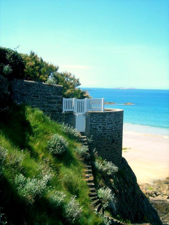 Saint-malo felsen und Strand im Osten der Stadt in Frankreichs Region Bretagne