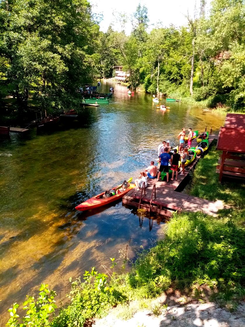 Fluss Krutynia im Ort Krutyn, Paddelboot fahren in Masuren und Polen - Exploreglobal